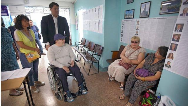 Геннадій Кернес на виборчій дільниці