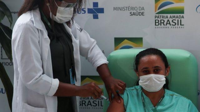 Brasil já vacinou 2 milhões de pessoas contra a covid-19. Especialistas afirmam que ritmo de imunização tem sido lento