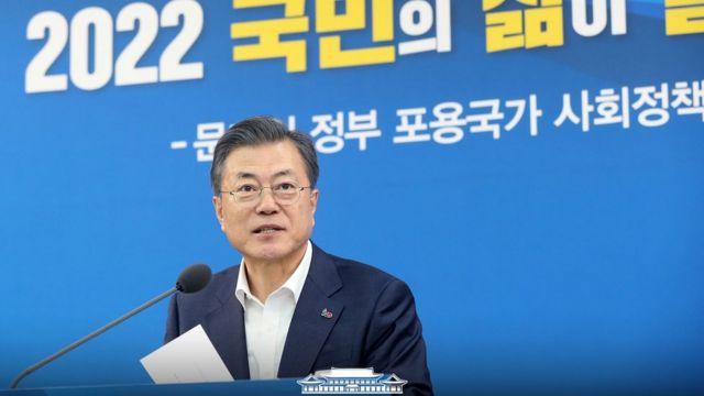 문재인 대통령이 19일 오후 서울 노원구 월계문화복지센터에서 포용국가 사회정책 대국민 보고를 하고 있다