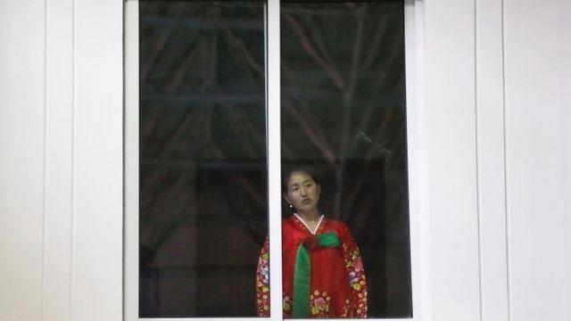 Женщина в окне в Пхеньяне