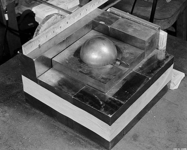 Reprodução do experimento no qual Daghlian empilhou blocos ao redor do núcleo de plutônio