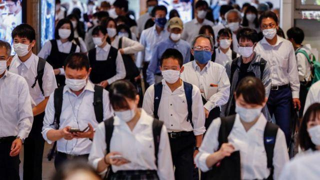 Японские студенты в масках