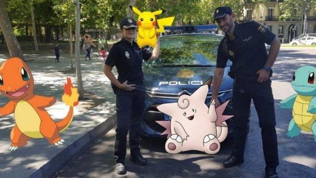 Испанские полицейские с покемоном