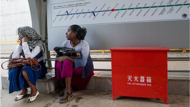 Mujeres en una estación de Addis Abeba