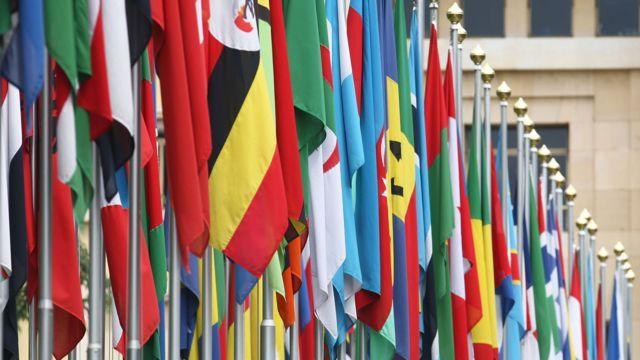 Bandeiras alinhadas na frente da ONU