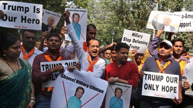 नई दिल्ली में डेमोक्रैट्स उम्मीदवार हिलेरी क्लिंटन के विरोध और रिपब्लिकन उम्मीदवार डोनल्ड ट्रंप के समर्थन में प्रदर्शन करते हिंदू सेना के लोग.