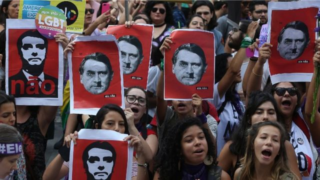 Gösteri yapan Brezilyalı kadınlar.