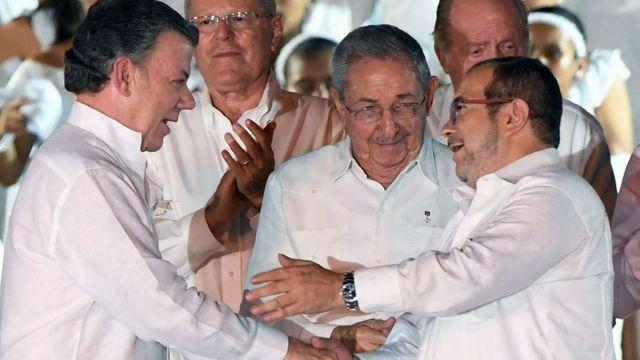 Juan Manuel Santos e Timotchenko celebram acordo de paz observados por Raúl Castro