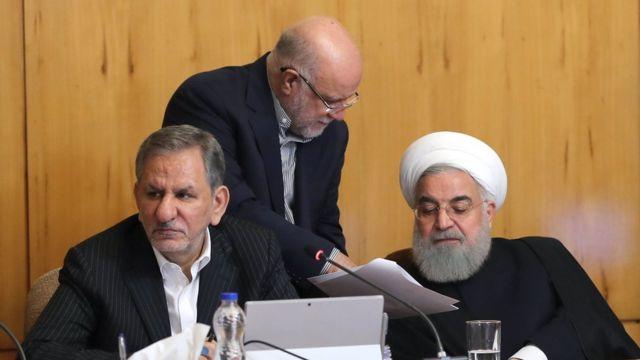 حسن روحانی در جلسه هیات دولت. نفر ایستاده بیژن زنگنه وزیر نفت و نفر نشسته اسحاق جهانگیری معاون اول رئیس جمهور است