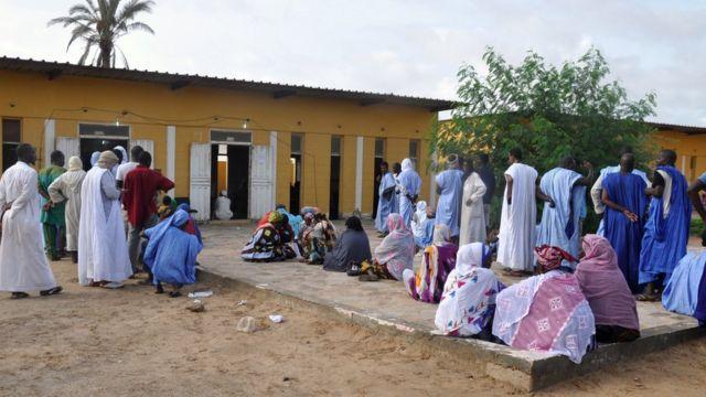 Des électeurs devant un bureau de vote a Nouakchott