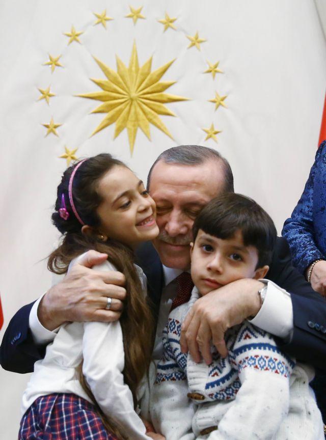الرئيس التركي أردوغان يحتضن بانا وشقيقها