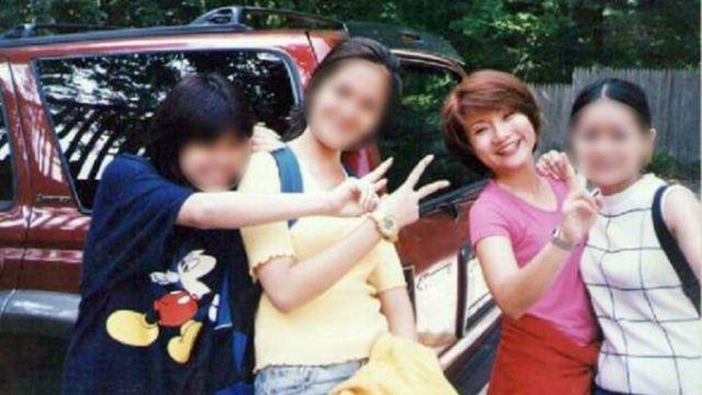 Shandra e outras três vítimas foram forçadas a posar para essa foto perto de um bordel