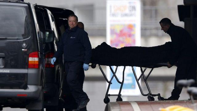 ブリュッセルのメルベック地下鉄駅から運び出される被害者の遺体(23日)