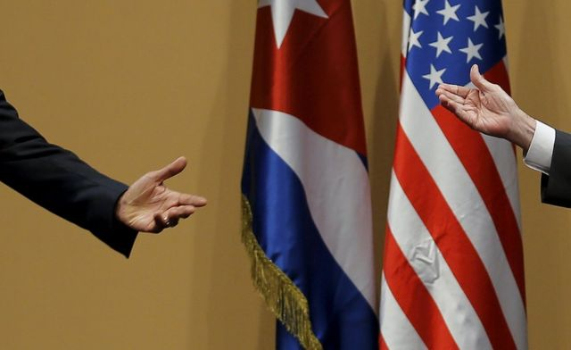 Ibiganza bya Perezida Barack Obama na Perezida wa Cuba Raul Castro mu kiganiro n'abanyamakuru.