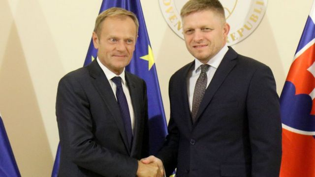 ブラチスラバ会議のホスト役となるスロバキアのフィツォ首相(写真右)とトゥス大統領(15日)