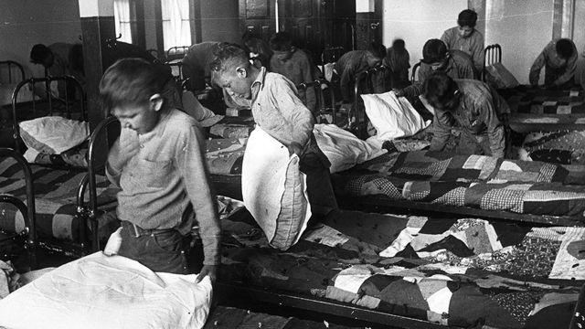 أطفال في مدرسة داخلية في الخمسينيات من القرن الماضي