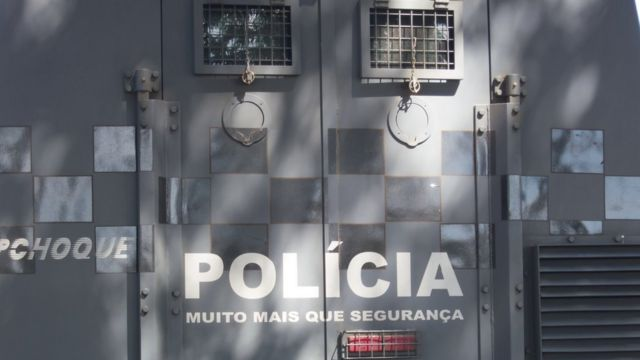 Porta de veículo policial