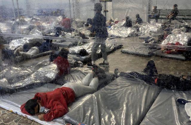 Migrantes no centro de processamento temporário de Alfândega e Proteção de Fronteiras dos EUA em Donna, Texas, 22 de março de 2021