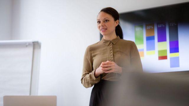 Mulher fazendo apresentação no trabalho