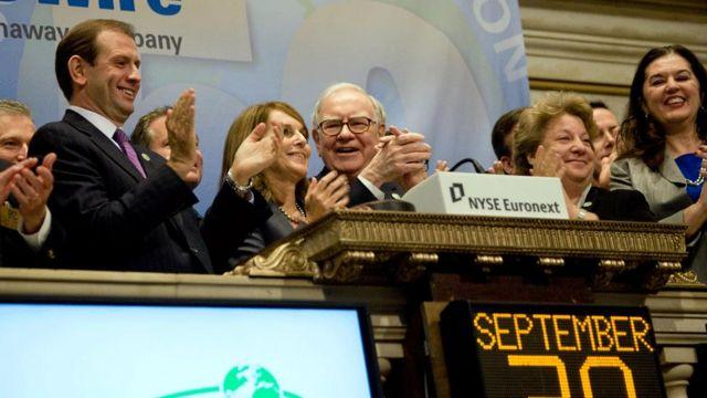 Un grupo de gente, entre ellos, Warren Buffett.