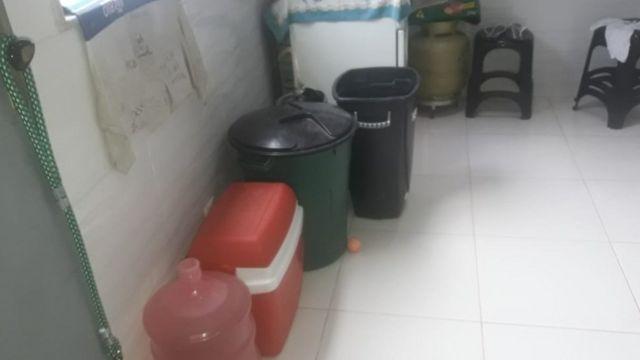 baldes e recipientes com água em cozinha