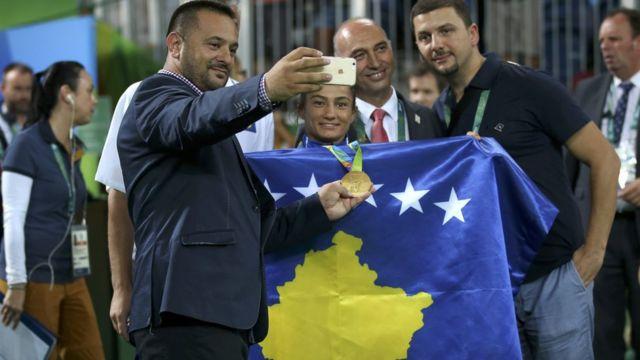 Kelmendi posa con la bandera de Kosovo