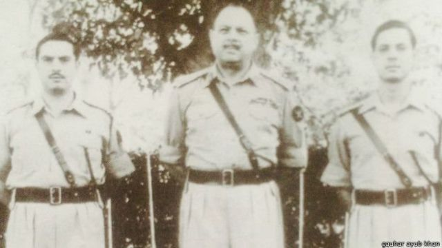 جنرل ایوب اپنے دونوں بیٹوں کے ساتھ