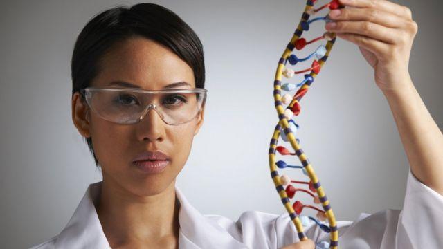 Cientista com modelo do genoma humano