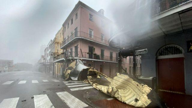 Parte de un techo terminó en las calles de Nueva Orleans.