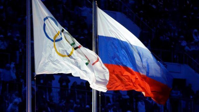 Bandeiras olímpica e da Rússia