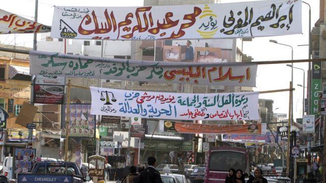 لافتات دعائية لأحزاب مختلفة في الانتخابات البرلمانية المصرية في يناير/كانون الثاني 2012