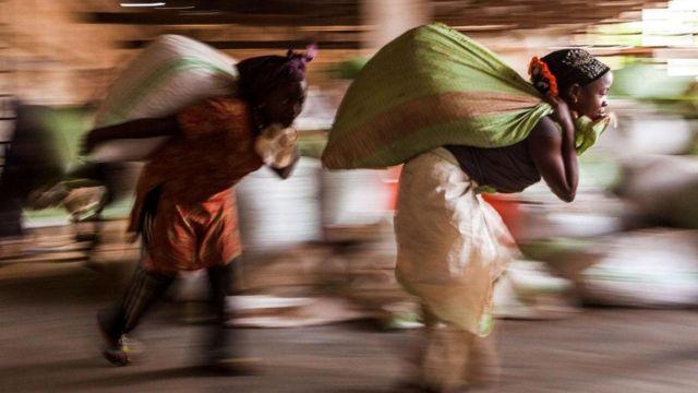 Ouvrières transportant des fèves de cacao