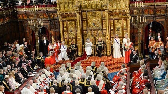 Каждый год королева и ее супруг торжественно открывали очередную сессию парламента (2016 год)
