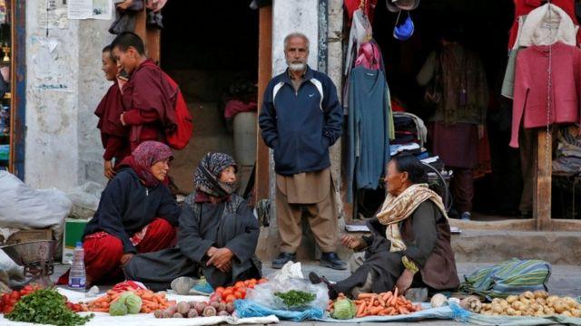 लेह में सब्जियों की दुकान