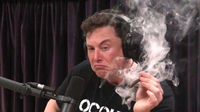 머스크와 IT 혁신과 머스크에 대한 대중의 인식에 대해 팟캐스트에서 이야기하던 중 마리화나를 피웠다.