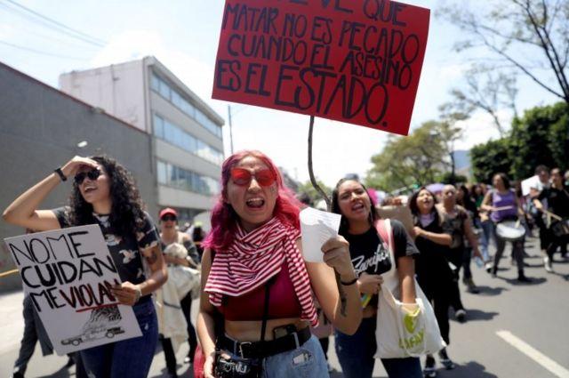 Manifestantes con carteles en una protesta