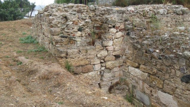 Restos da muralha de Pontideia ainda estão de pé