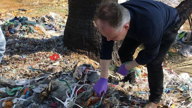 Angus Crawford Türkiye'de yol kenarına atılan plastikleri incelerken