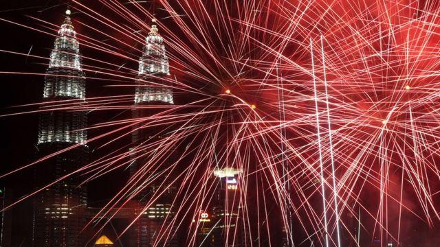 Fireworks illuminate the night sky over the Petronas Towers landmark during New Year's Day celebrations in Kuala Lumpur, Malaysia, 1 January 2019