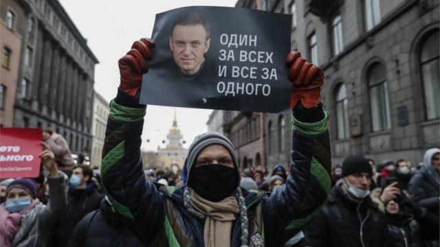 تظاهرکنندهای با پوستری در حمایت از آلکسی ناوالنی