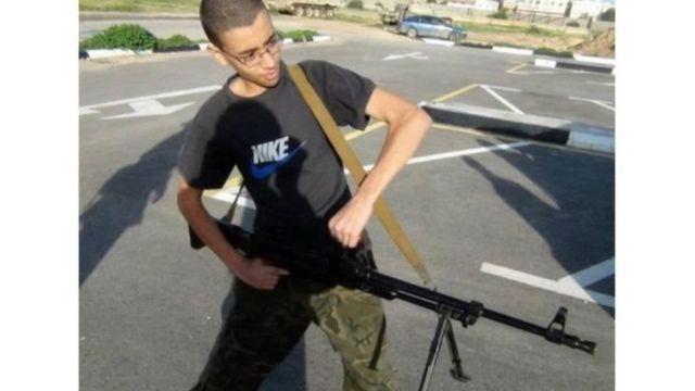 هاشم عبيدي يحمل سلاح
