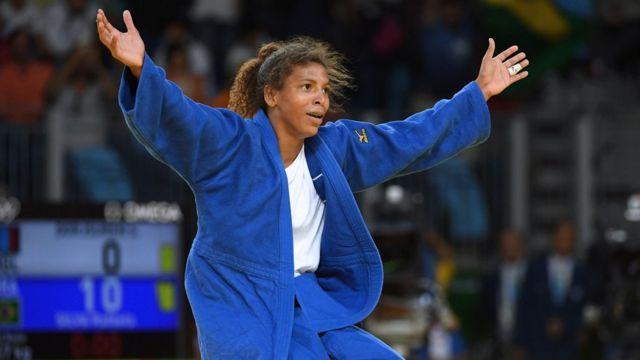 Rafaela Silva se arrodilló y extendió los brazos al ganar la competencia de judo femenino en las Olimpiadas.