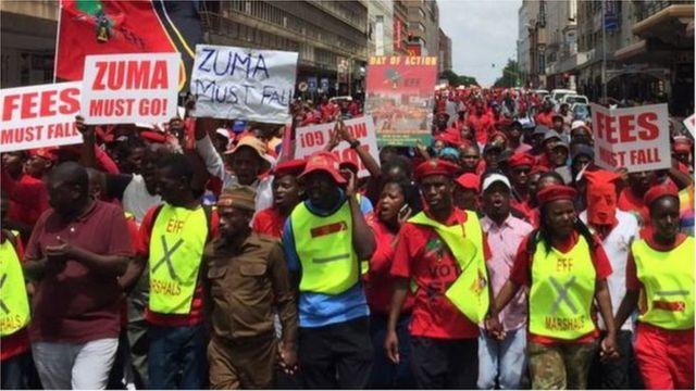 Des militants de l'opposition sud-africaine ont exigé la démission du président Zuma, lui reprochant d'avoir tenté de bloquer la publication du rapport de l'ex-médiatrice sur la corruption.