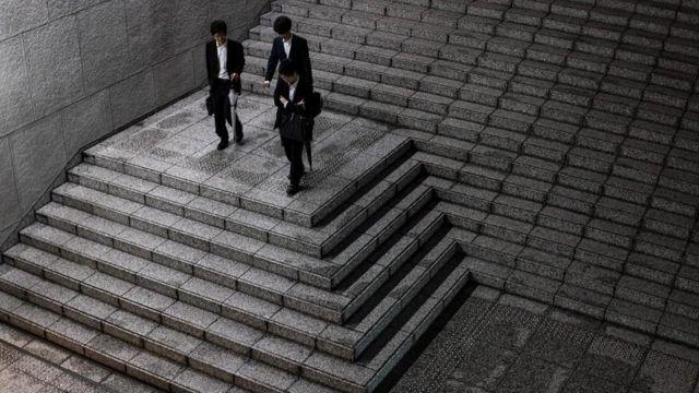 Trabajadores de oficina bajando una escalera