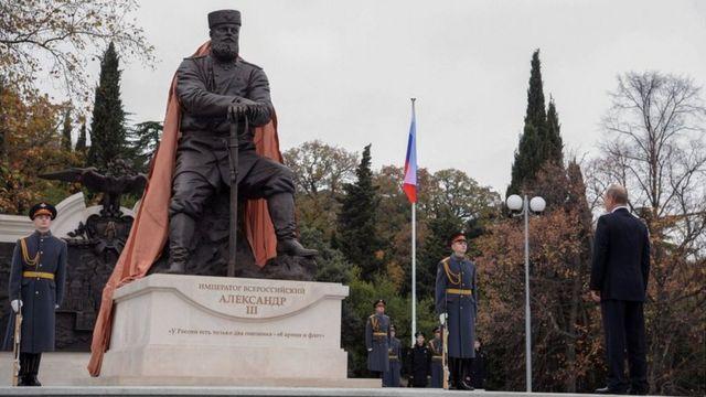 بوتين يكشف الستار عن تمثال للقيصر ألكسندر الثالث، والد القيصر الأخير نيكولاس الثاني، في القرم، في نوفمبر/تشرين الثاني 2017