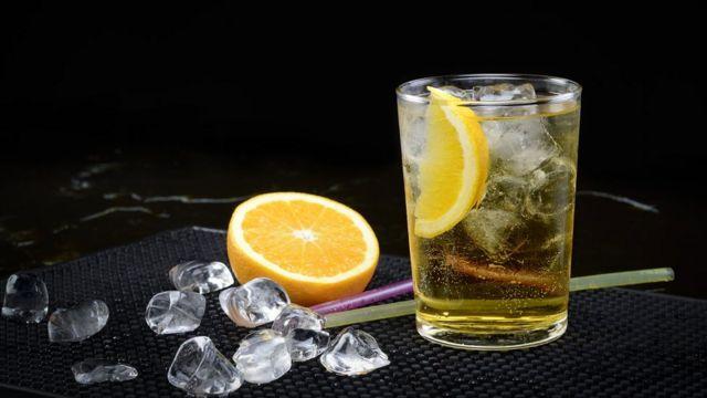 Vodka e energético em copo com gelo