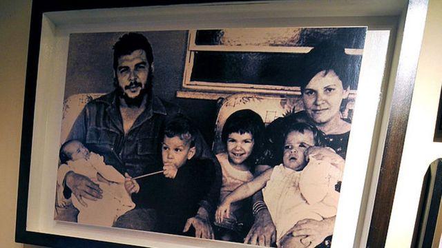 Una foto del Che con sus hijos