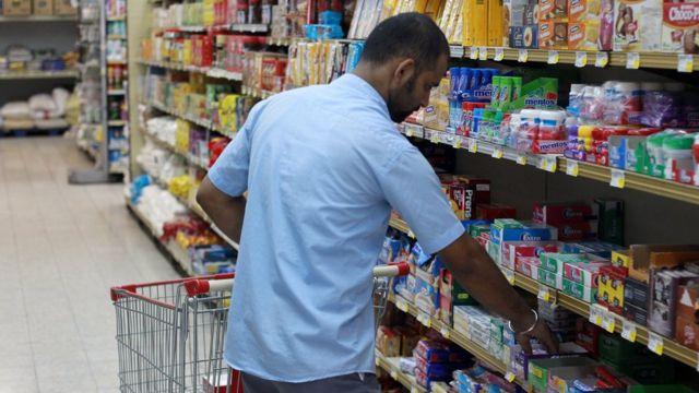 คนกำลังเลือกซื้อสินค้าในซูเปอร์มาร์เก็ตในกาตาร์