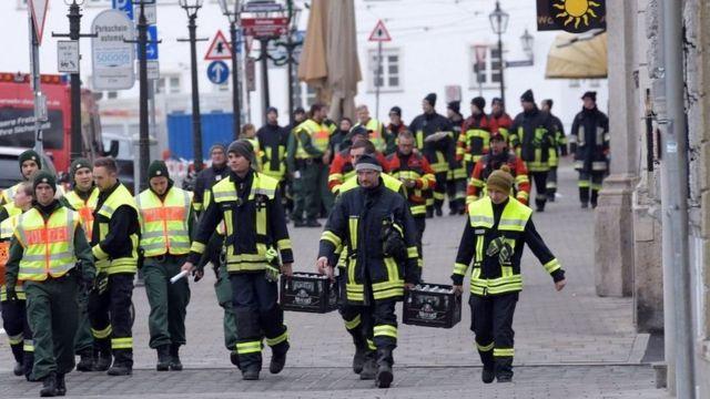 أفراد الشرطة والإسعاف في شوارع المدينة التي أجلي عنها سكانها