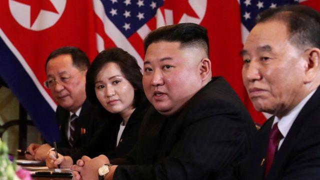 Từ trái: Ngoại trưởng Bắc Hàn Ri Yong-ho, phiên dịch Shin Hye-yong, lãnh đạo Bắc Hàn Kim Jong-un và Phó chủ tịch Ủy ban Đảng Lao động Bắc Hàn, Kim Yong-chol